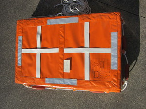法定備品《①救命浮器・②救命胴衣》